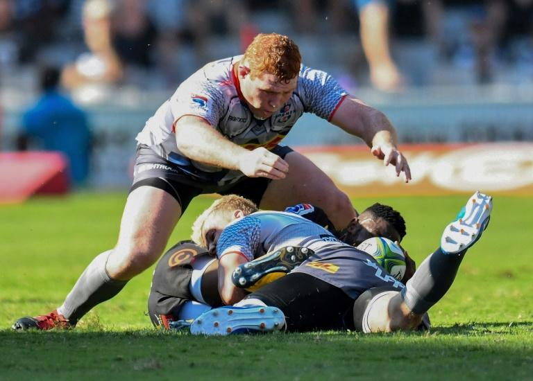 Stormers forward Steven Kitshoff (C) seeks possession against fellow South Africans the Sharks this year.