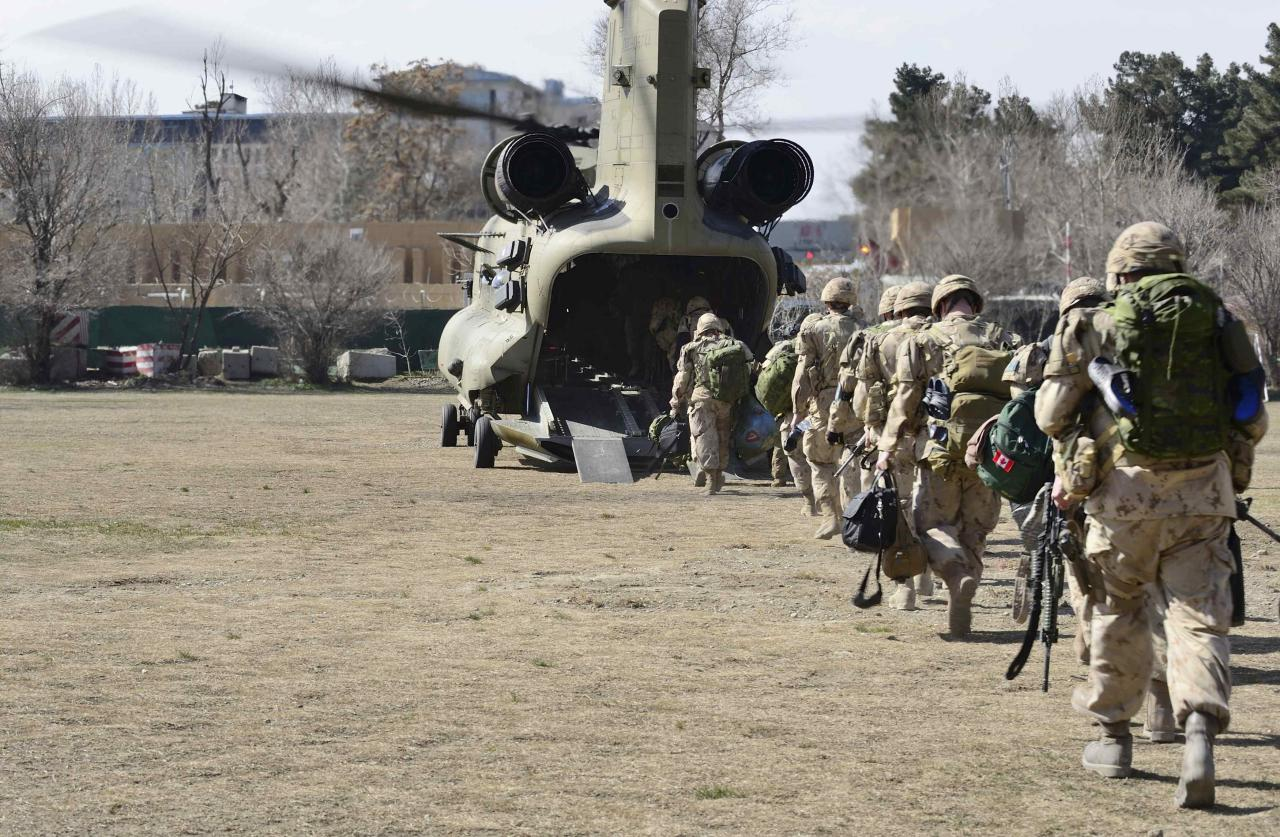 The last Canadians involved in the NATO training mission in Afghanistan board a U.S. Chinook helicopter as they leave the International Security Assistance Force (ISAF) headquarters in Kabul, Afghanistan March 12, 2014. REUTERS/MCpl Patrick Blanchard/Canadian Forces Combat Camera/Handout (AFGHANISTAN - Tags: MILITARY POLITICS) THIS IMAGE HAS BEEN SUPPLIED BY A THIRD PARTY. IT IS DISTRIBUTED, EXACTLY AS RECEIVED BY REUTERS, AS A SERVICE TO CLIENTS. FOR EDITORIAL USE ONLY. NOT FOR SALE FOR MARKETING OR ADVERTISING CAMPAIGNS