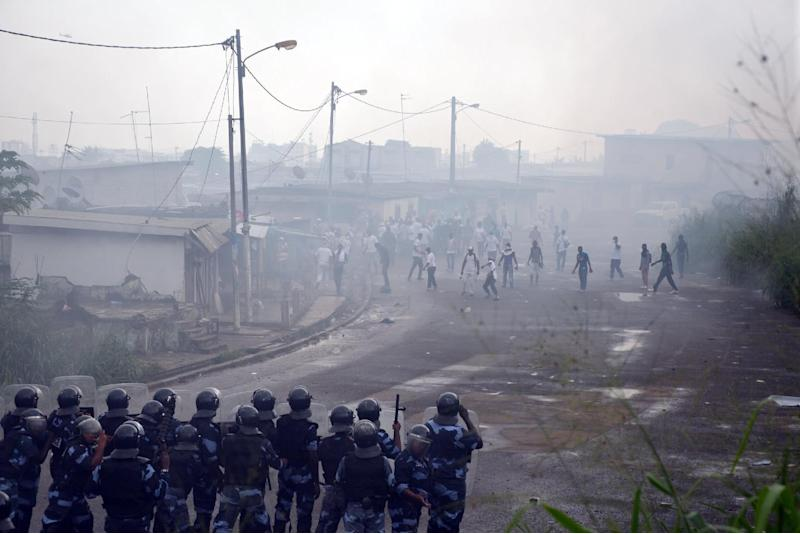 Protesters clash with police in the Rio district of Libreville, Gabon, on December 20, 2014 (AFP Photo/Celia Lebur)