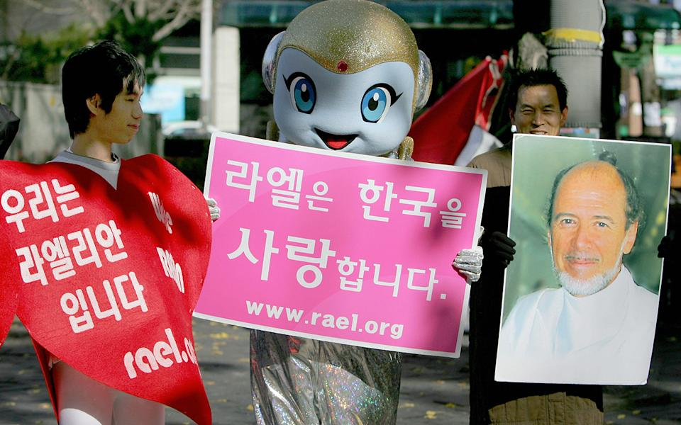 Raelians hold up signs in South Korea. Source: Getty Images