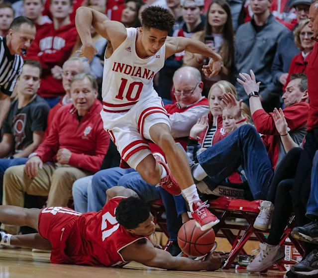 """Rob Phinisee #10 of the Indiana Hoosiers and Khalil Iverson #21 of the <a class=""""link rapid-noclick-resp"""" href=""""/ncaaf/teams/wisconsin/"""" data-ylk=""""slk:Wisconsin Badgers"""">Wisconsin Badgers</a> chase down a loose ball during the game at Assembly Hall on February 26, 2019 in Bloomington, Indiana. (Getty)"""