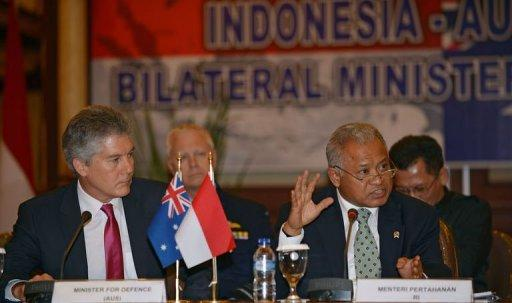 Indonesia's Defence Minister Purnomo Yusgiantoro (R) speaks to journalists with his Australian counterpart Stephen Smith