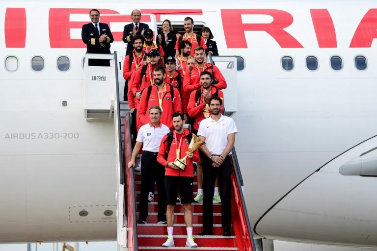 Spain's Rudy Fernandez (C)carries the Basketball World Cup trophy with the team at Madrid-Barajas Adolfo Suarez Airport (AFP Photo/JAVIER SORIANO)