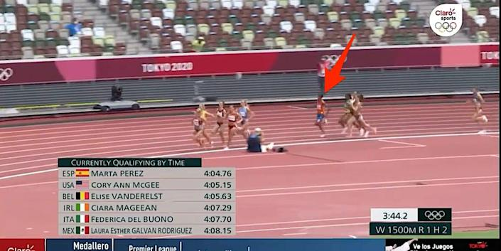 Arrow points to Sifan Hassan in sixth place in the women's 1,500 meter race at the Tokyo Olympics