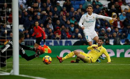 Soccer Football - La Liga Santander - Real Madrid vs Villarreal - Santiago Bernabeu, Madrid, Spain - January 13, 2018 Real Madrid's Cristiano Ronaldo shoots at goal REUTERS/Javier Barbancho