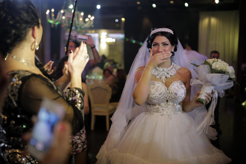 Israeli bride Morel Malcha (C) arrives for her wedding to Arab Israeli Muslim Mahmoud Mansour, in the Jaffa district of Tel Aviv on August 17, 2014 (AFP Photo/Daniel Bar-On)