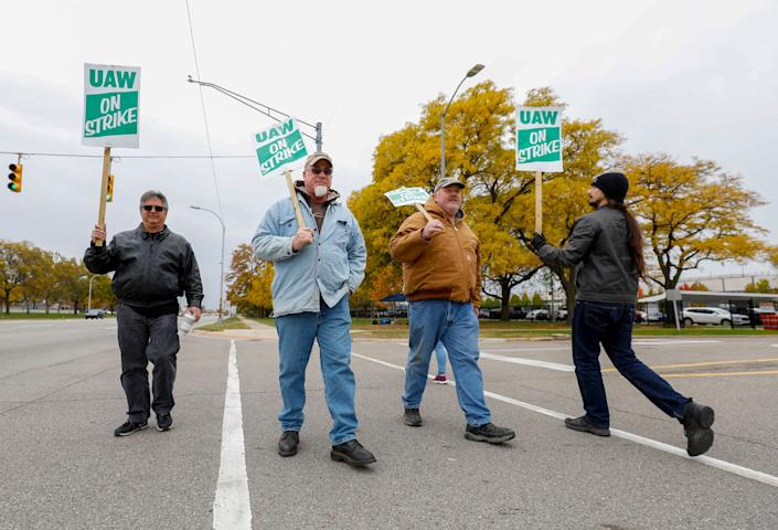 GM workers on strike in Warren, Michigan, last year.  (Photo: Bill Pugliano via Getty Images)
