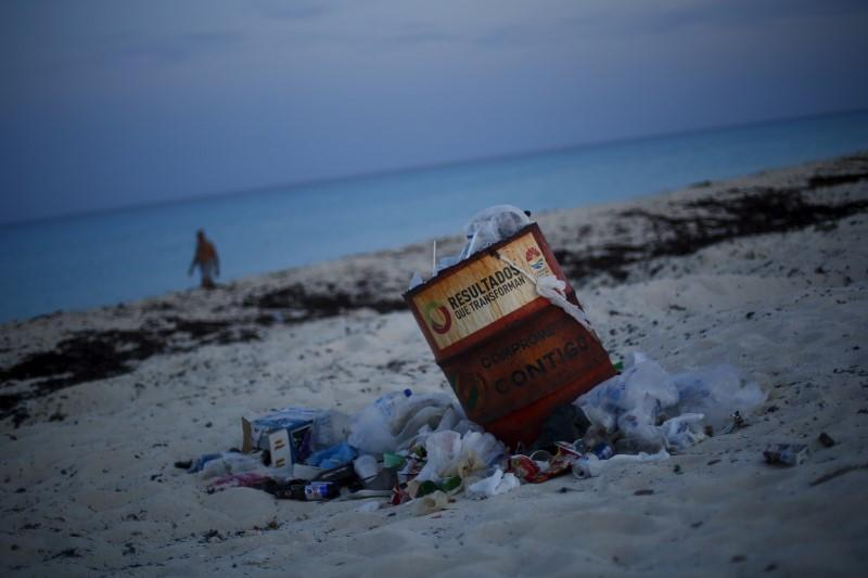 <p>Is this the real Cancun? A trash can is seen on a beach in Cancun, August 14, 2015. <i>(Photo: Reuters/Edgard Garrido)</i><br></p>