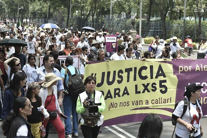 Photojournalists and activists of social organizations protest for the murder of their colleague Ruben Espinosa and four women in Mexico City on August 16, 2015 (AFP Photo/Yuri Cortez)
