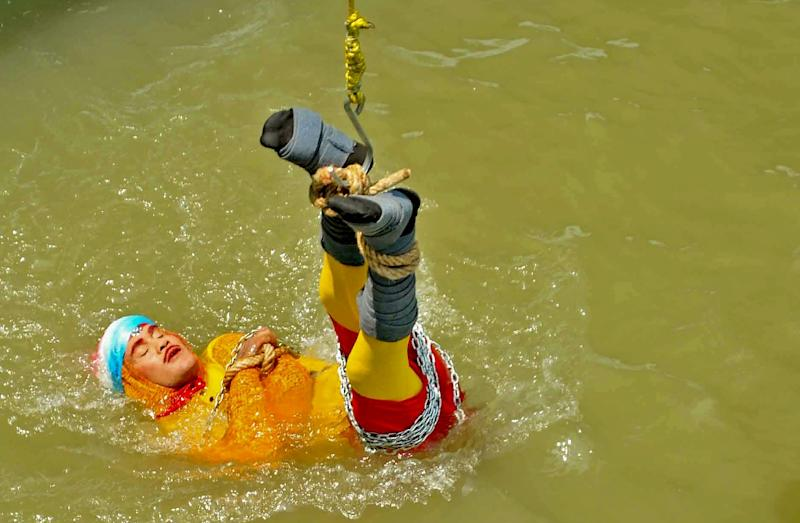 Indian stuntman Chanchal Lahiri, known by his stage name 'Jadugar Mandrake', has drowned after being lowered into the Hooghly river and failing to re-emerge