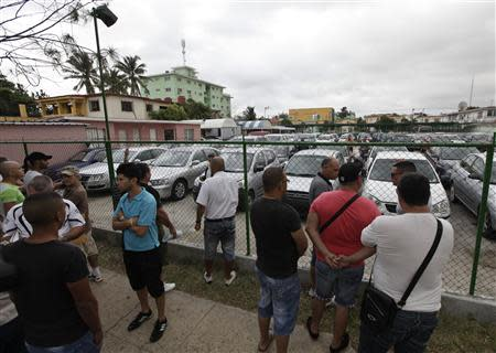 People line up to buy used cars at a government owned dealership in Havana January 3, 2014. REUTERS/Enrique de la Osa
