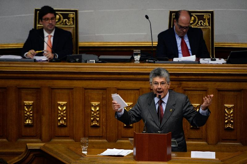 Venezuelan opposition deputy Henry Ramos Allup (bottom) delivers a speech during the discussion on Supreme Court judges removal process, at the National Assembly in Caracas on April 5, 2017