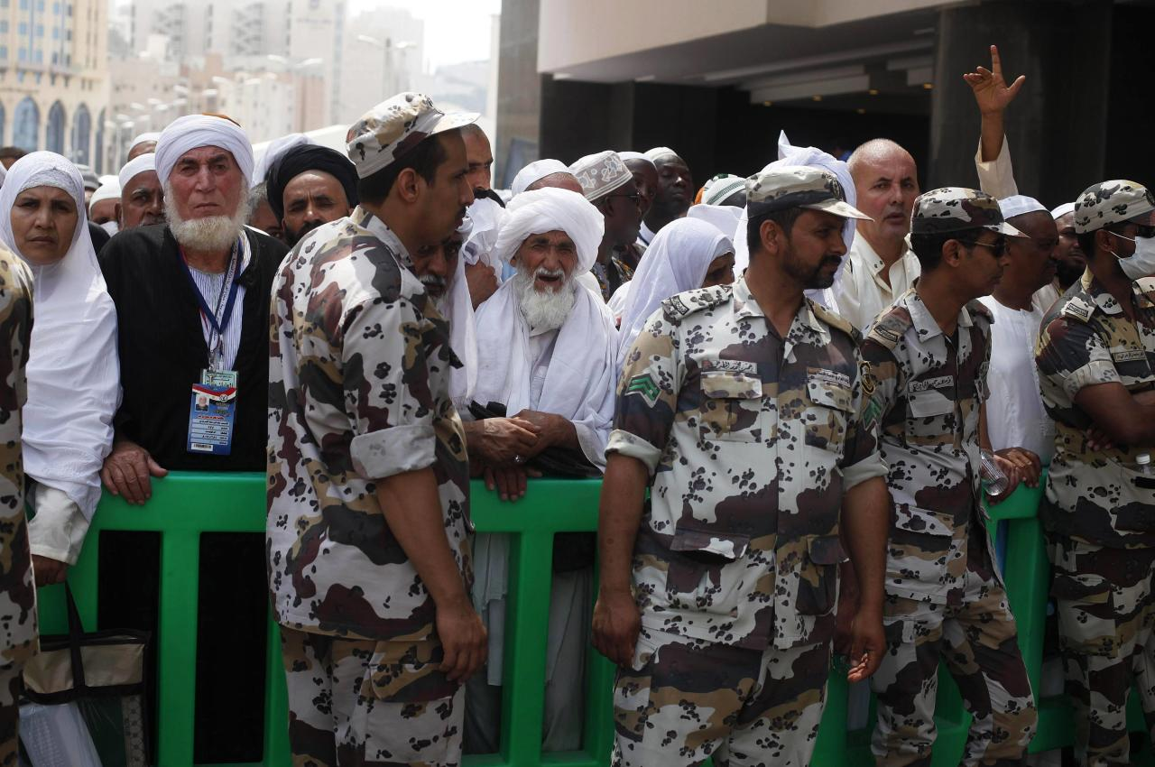 Members of Saudi security forces secure the area as Muslim pilgrims wait to enter the Grand mosque during Friday prayers in the holy city of Mecca ahead of the annual haj pilgrimage October 11, 2013. REUTERS/Ibraheem Abu Mustafa (SAUDI ARABIA - Tags: RELIGION)