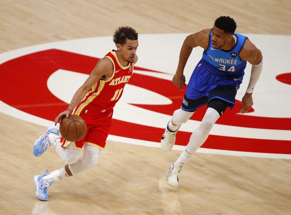 Trae Young(帶球者)與Giannis Antetokounmpo。(Photo by Todd Kirkland/Getty Images)