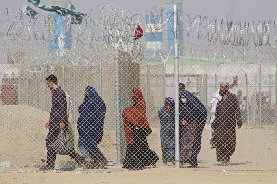 Afghan nationals entering Pakistan through the border crossing point in Chaman on 30 August (AFP via Getty)