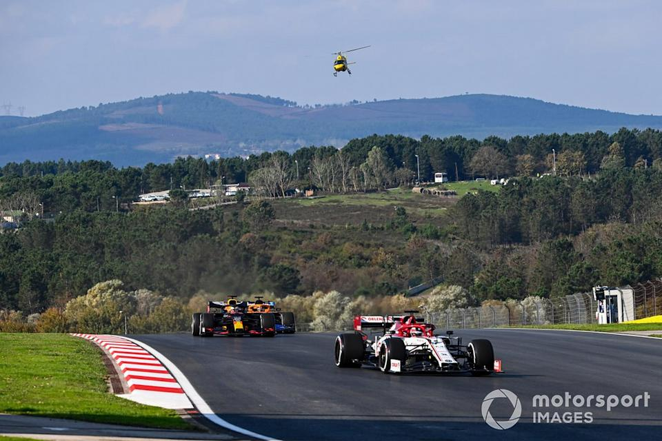 "Kimi Raikkonen, Alfa Romeo Racing C39, Max Verstappen, Red Bull Racing RB16, y Carlos Sainz Jr., McLaren MCL35<span class=""copyright"">Mark Sutton / Motorsport Images</span>"