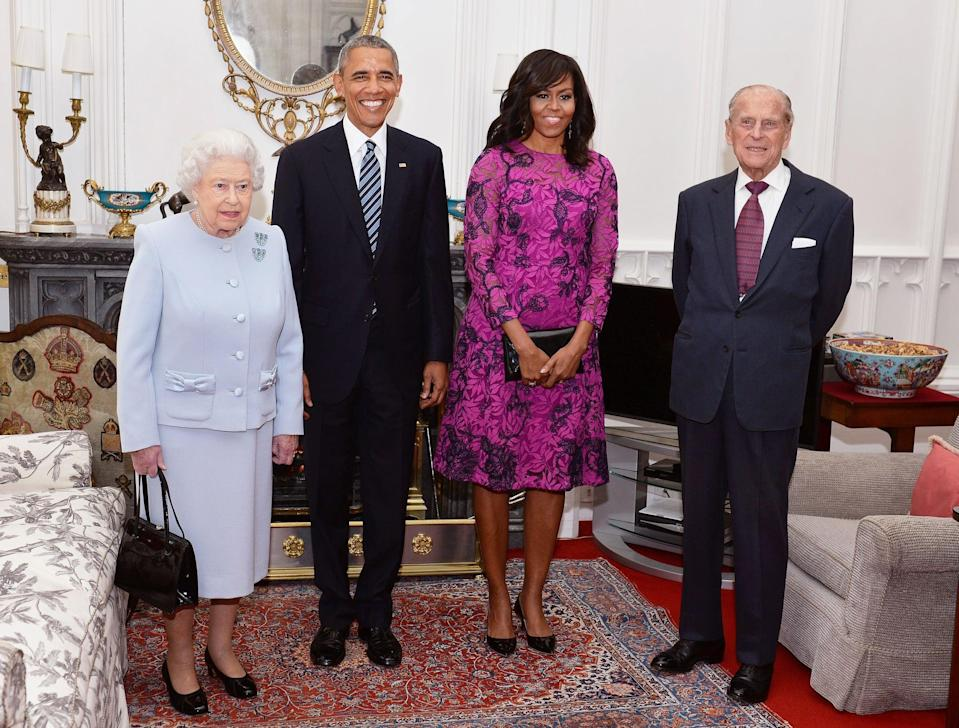 (L-R) Britain's Queen Elizabeth II, US President Barack Obama, US First Lady Michelle Obama and Prince Philip, Duke of Edinburgh, pose for a photograph in the Oak Room ahead of a private lunch at Windsor Castle in Windsor, southern England, on April, 22, 2016.  / AFP PHOTO / POOL / John Stillwell        (Photo credit should read JOHN STILLWELL/AFP via Getty Images)