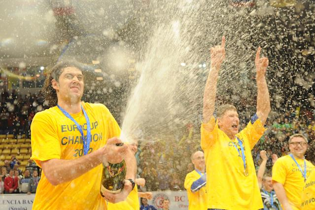 BC Khimki's Kresimir Loncar (L) and team mates celebrate after winning the Eurocup final basketball match between BC Khimki and Valencia in Khimki, outside Moscow on April 15, 2012. BC Khimki won 77-68. AFP PHOTO / KIRILL KUDRYAVTSEV (Photo credit should read KIRILL KUDRYAVTSEV/AFP/Getty Images)