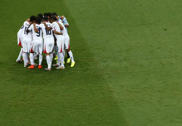 Costa Rica players huddle before kickoff during their 2014 World Cup quarter-finals against Netherlands at the Fonte Nova arena in Salvador July 5, 2014. REUTERS/Ruben Sprich (BRAZIL - Tags: SOCCER SPORT WORLD CUP)