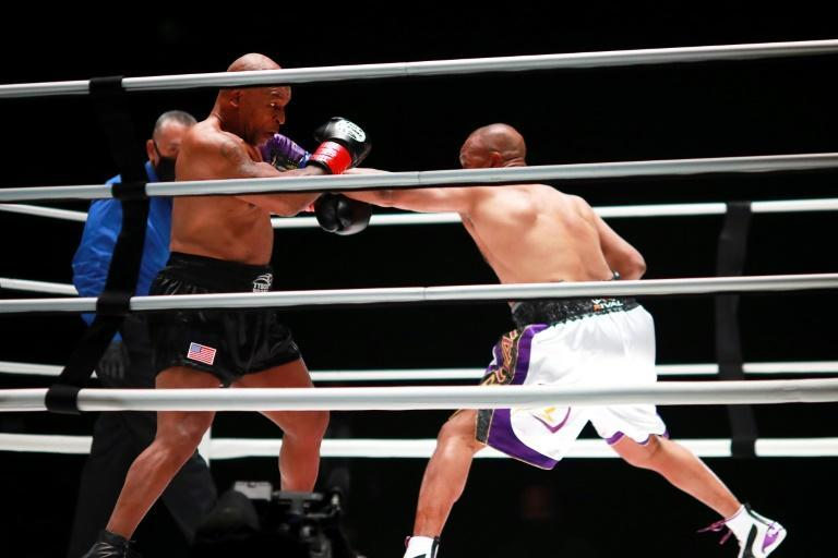 Roy Jones Jr. (d) tente une attaque contre Mike Tyson, le 28 novembre 2020 au Staples Centre de Los Angeles