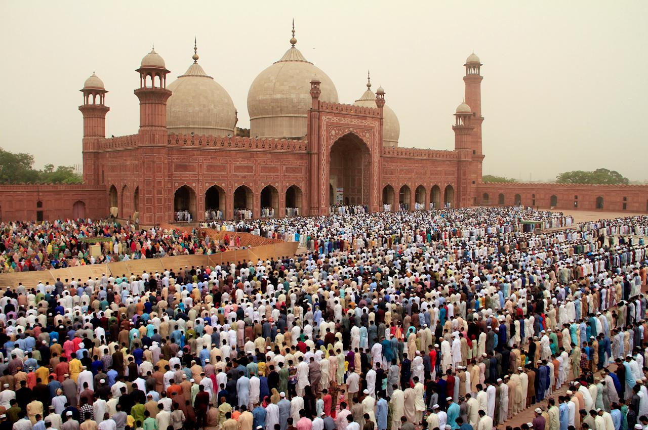 People attend Eid al-Fitr prayers at the Badshahi Mosque in Lahore, Pakistan June 16, 2018. REUTERS/Mohsin Raza