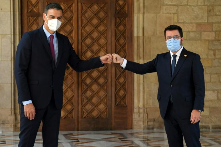 Pedro Sanchez (L) and Aragones are discussing how to resolve a years-long political crisis (AFP/LLUIS GENE)
