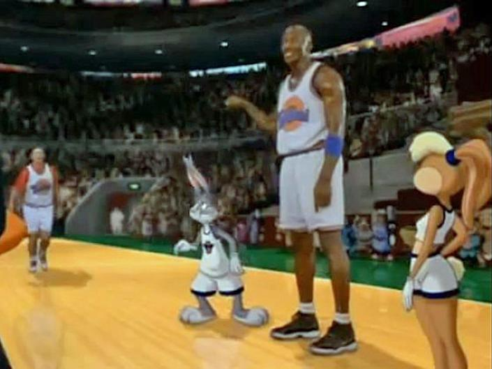 michael jordan stands on the court with Bugs Bunny, Lola Bunny and Bill Murray in the 1996 space jam
