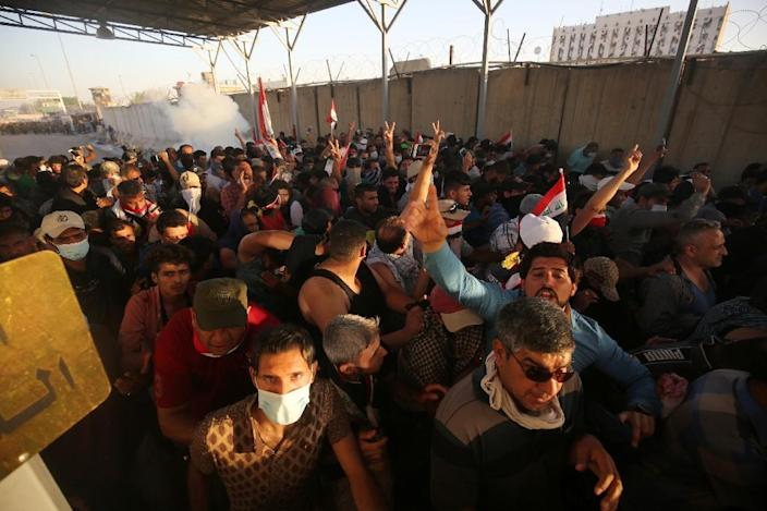 """Supporters of Iraqi cleric Moqtada al-Sadr chant slogans after breaking into Baghdad's fortified """"Green Zone"""" on May 20, 2016 (AFP Photo/Ahmad al-Rubaye)"""