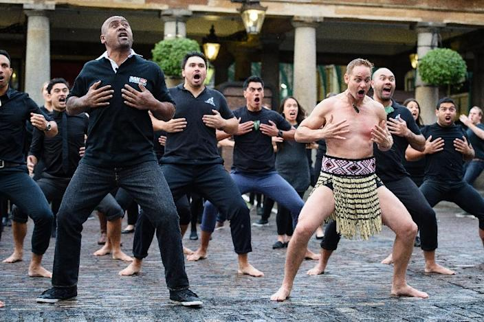Late New Zealand rugby union player Jonah Lomu (L) and members of the Ngāti Rānana London Māori Club performing the haka in London's Covent Garden ahead of the Rugby World Cup, on September 16, 2015 (AFP Photo/Leon Neal)