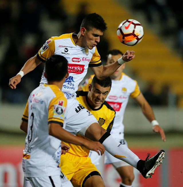 Soccer Football - Uruguay's Penarol v Bolivia's The Strongest - Copa Libertadores - Campeon del Siglo Stadium, Montevideo, Uruguay - May 17, 2018 - Penarol's Fabricio Formiliano and The Strongest's Richet Gomez (C) and Yhon Villegas (L) in action. REUTERS/Andres Stapff