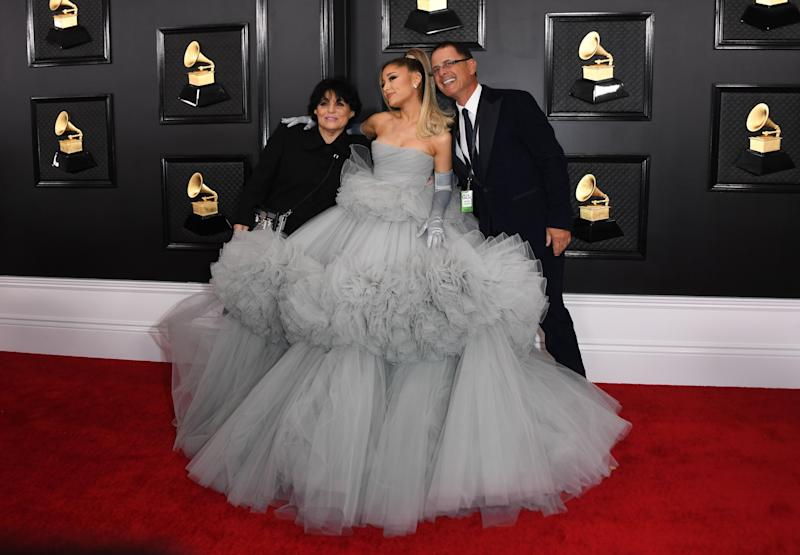 Ariana Grande et ses parents Joan Grande et Edward Butera sur le tapis rouge des Grammy Awards 2020, le 26 janvier à Los Angeles (Photo: VALERIE MACON via Getty Images)