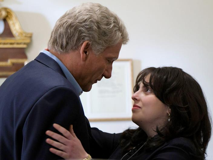 """Clive Owen as Bill Clinton, Beanie Feldstein as Monica Lewinsky in scene from """"Impeachment: American Crime Story"""" episode 2 """"The President Kissed Me"""" Episode 2"""