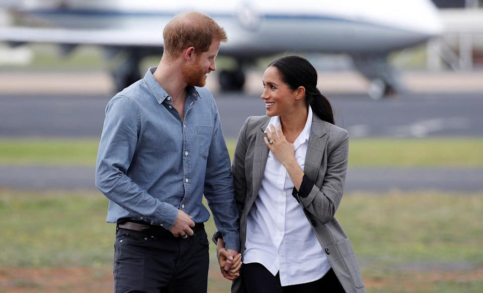 DUBBO, AUSTRALIA - OCTOBER 17:  Prince Harry, Duke of Sussex and Meghan, Duchess of Sussex arrive at Dubbo Airport on October 17, 2018 in Dubbo, Australia. The Duke and Duchess of Sussex are on their official 16-day Autumn tour visiting cities in Australia, Fiji, Tonga and New Zealand.  (Photo by Phil Noble - Pool/Getty Images)