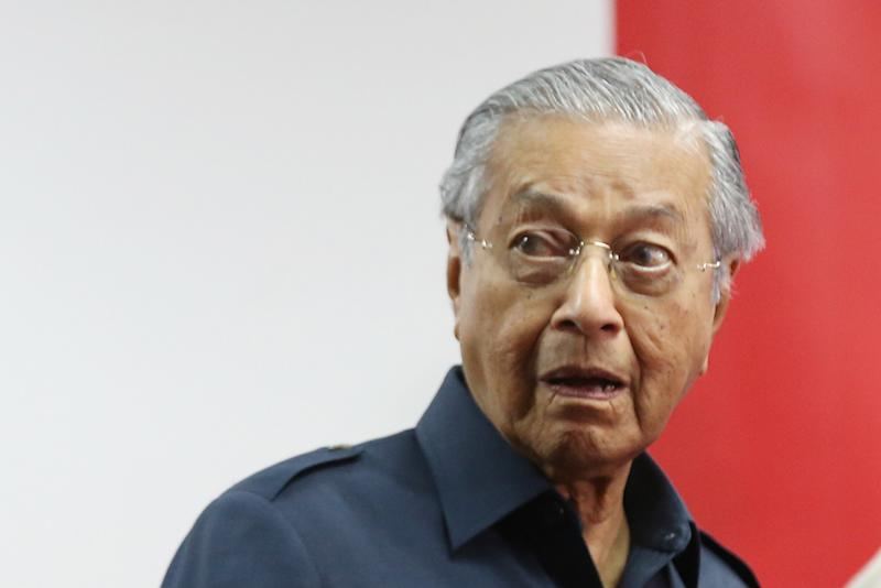 Prime Minister Tun Dr Mahathir Mohamad attends a news conference in Menara Yayasan Selangor May 12, 2018. — Picture by Azinuddin Ghazali