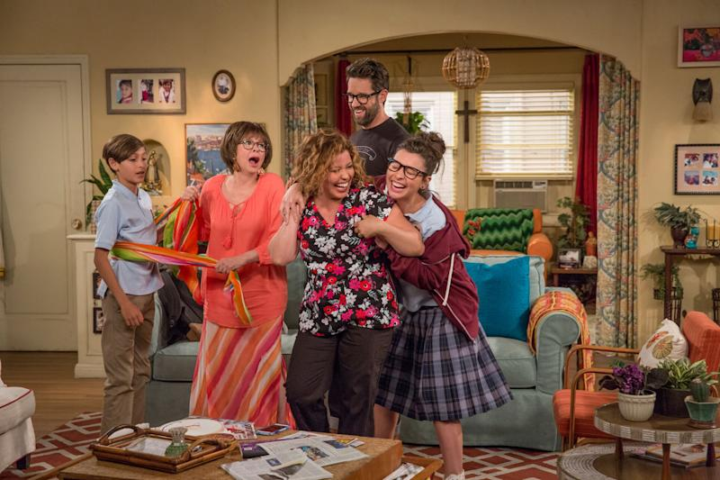 ONE DAY AT A TIME, (from left): Marcel Ruiz, Rita Moreno, Justina Machado, Todd Grinnell, Isabella Gomez, 'Making Up Is Hard To Do', (Season 1, ep. 102, aired Jan. 6, 2017). photo: Michael Yarish / Netflix / Courtesy: Everett Collection