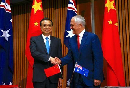 Australia's Prime Minister Malcolm Turnbull shakes hands with Chinese Premier Li Keqiang before the start of an official signing ceremony at Parliament House in Canberra, Australia, March 24, 2017. REUTERS/David Gray