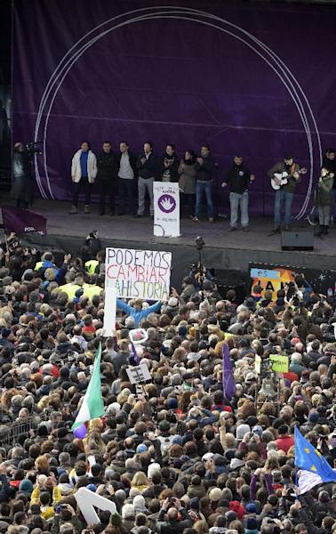 """Podemos leader Pablo Iglesias (4thL) takes to the stage with party members at Plaza de Sol during the """"March for Change"""", on January 31, 2015 in Madrid (AFP Photo/Gerard Julien)"""
