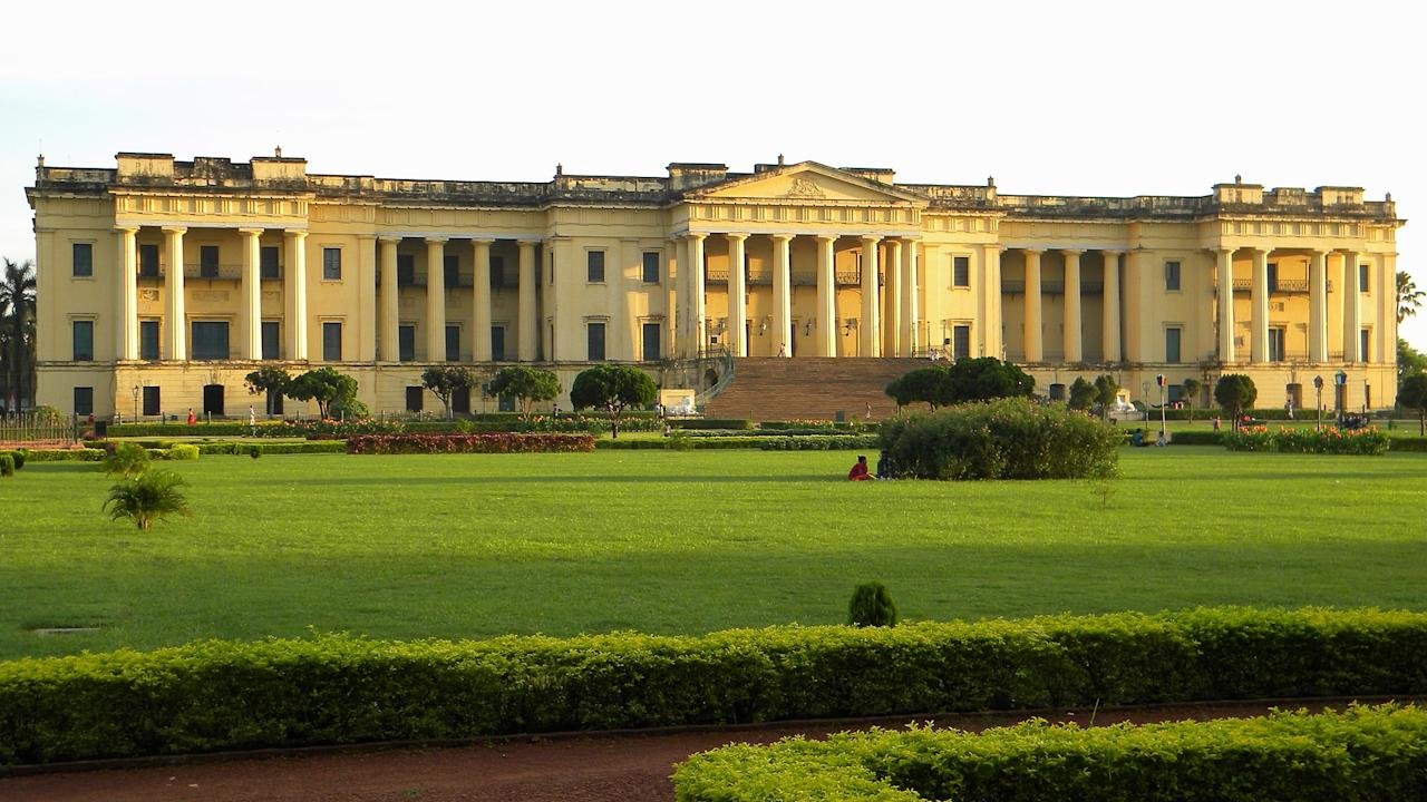 <p>This museum that houses priceless paintings and antiques was once a palace. Today, it has 20 display galleries and close to 5,000 antiques of which a fifth are on display to the public. Besides paintings, weapons, old maps and rare books, the Hazarduari Palace Museum also features personal furniture and belongings of the erstwhile nawabs including a chandelier that is said to be the second largest in the world after one in Buckingham Palace and two pairs of mirrors that are placed in a manner that protected the nawab from potential assassins.<br />Photograph: Banibrata Mandal/Creative Commons </p>