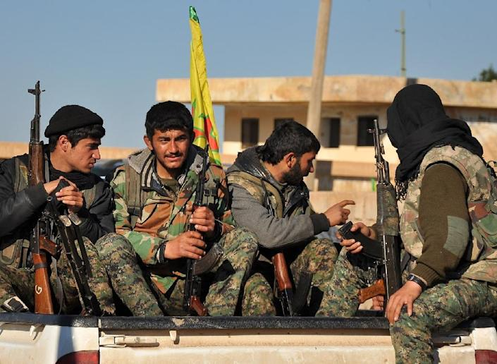 Kurdish People's Protection Units (YPG) fighters in the town of Tal Hamis on February 26, 2015, following six days of clashes with Islamic State (IS) group jihadists in Syria's Hasakeh province (AFP Photo/Delil Souleiman)