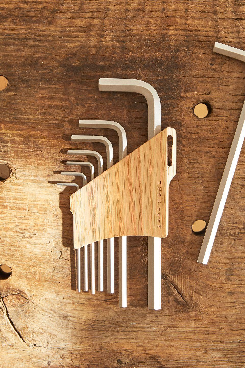 <p>This set of allen keys, made of carbon steel, is presented in an oak stand with a small handle detail for hanging or holding.</p>