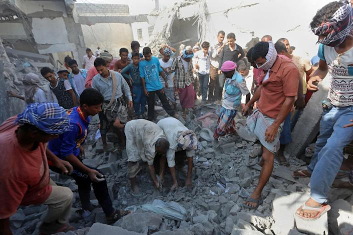 People search for survivors under rubble at the al-Zaydiya security headquarters, that was destroyed by Saudi-led airstrikes in the Red Sea port city of Hodeida, Yemen on Oct. 30, 2016. (Photo: Abdoo Alkarim Alayashy/AP)