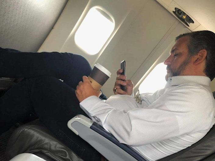 US senator Tex Cruz appeared to be photographed unmasked onboard an American Airlines flight this weekend: Hosseh Enad / Twitter