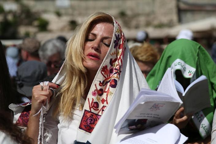 """An Israeli member of the liberal Jewish religious group Women of the Wall wears a """"Tallit"""", a traditional prayer shawls for men, on April 24, 2016 (AFP Photo/Gali Tibbon)"""
