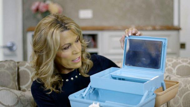 PHOTO: Vanna White reacts to the updated version of a Caboodle. (ABC News)