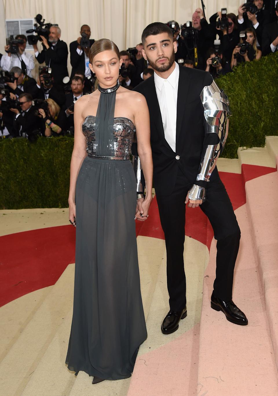 """<h1 class=""""title"""">Gigi Hadid in a Tommy Hilfiger dress and Lynn Ban jewelry and Zayn Malik in Versace and Jimmy Choo shoes</h1><cite class=""""credit"""">Photo: Getty Images</cite>"""