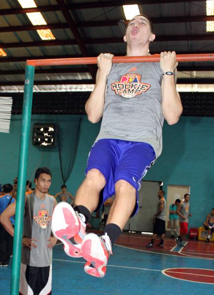 Cliff Hodge doing pull-ups. (PBA Images)