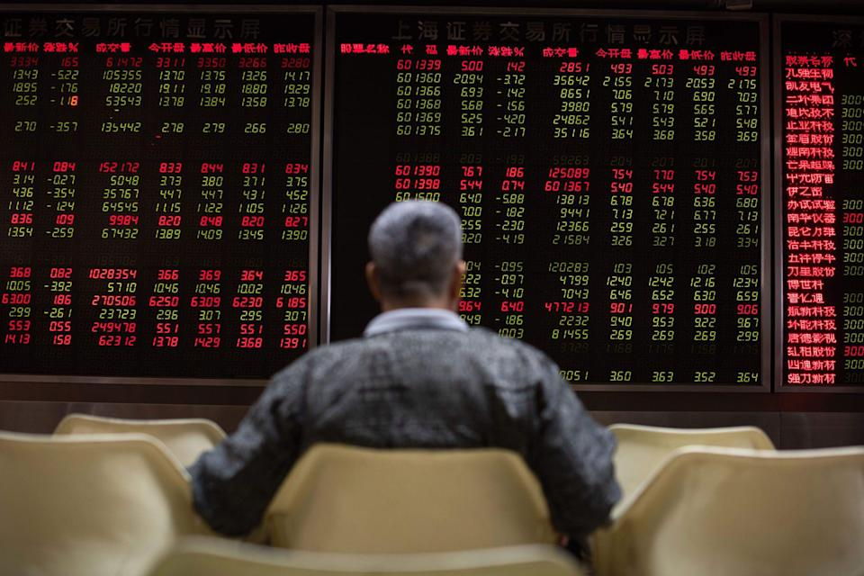 U.S. Stocks Drop With Spending-Aid Deal Elusive: Markets Wrap