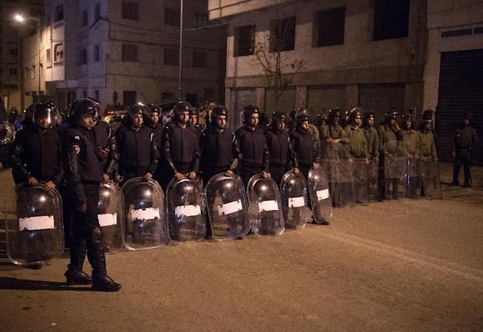 Moroccan police face protesters during a demonstration against corruption, repression and unemployment in the northern city of al-Hoceima on May 28, 2017 (AFP Photo/Fadel SENNA)