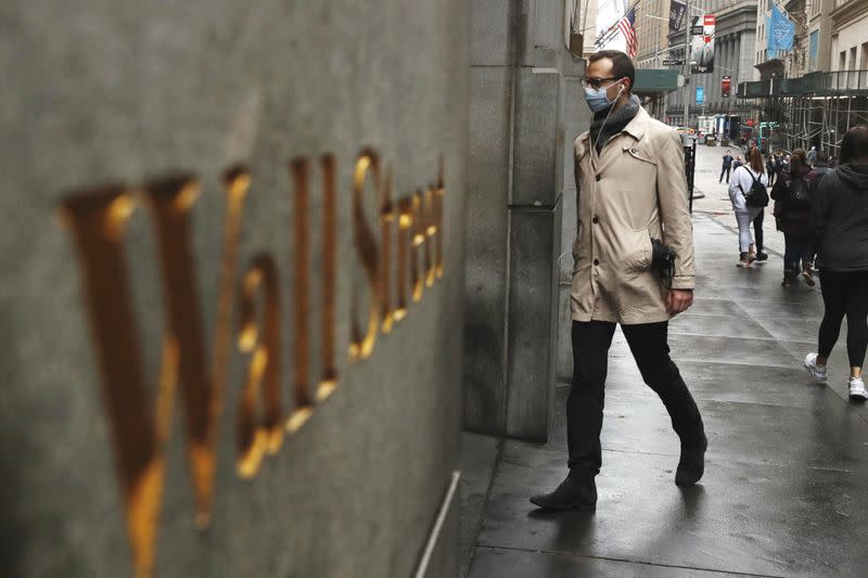 Wall Street uniform to get a new accessory - the face mask