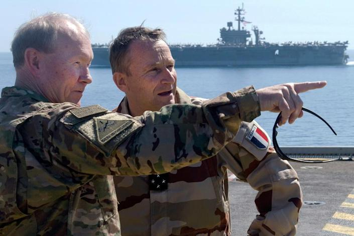 Martin Dempsey (left) and Pierre de Villiers confer aboard French aircraft carrier Charles de Gaulle in the Gulf on March 8, 2015 (AFP Photo/D. Myles Cullen)